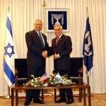 Moshe Katsav è stato Presidente dello Stato ebraico dal 2000 al 2006 ed è stato condannato tra il 2010 e 2011 a scontare 7 anni di carcere per stupro. L'accusa è di aver violentato per due volte una sua assistente negli anni novanta, periodo in cui svolgeva il ruolo di Ministro. Altre due donne del suo staff si sono fatte avanti con le stesse accuse, aggravando la già difficile situazione di Katsav.