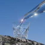 Cercate di rimanere idratati per tutto il giorno. Bere circa otto bicchieri di acqua al giorno dovrebbe mantenere il corpo idratato. Oltre a mantenere il corpo sano, bere molta acqua può aiutare a ridurre il desiderio di uno spuntino!