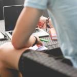 Gli orari sono una parte importante nel creare e mantenere una routine di lavoro sano. Pianificare le giornate di lavoro e le ore su una base costante e regolare può aiutare a organizzare gli impegni e impediscono l'eccesso di lavoro. E' facile voler dormire tutti i giorni fino a mezzogiorno e poi lavorare sporadicamente nel corso della giornata, ma questo programma disorganizzato rende difficile per il vostro corpo di adattarsi a una struttura di lavoro normale. Le routine aiutano a capire l'efficienza e la quantità di lavoro da effettuare al giorno, migliorando il vostro umore!
