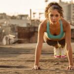 L'esercizio fisico è una parte importante nel restare sani mentre si lavora da casa. Se ti senti sconcentrato durante il lavoro, c'è bisogno di fare un allenamento di tre minuti o pochi squat. Vestirsi già con abiti sportivi una o due volte alla settimana potrebbe aiutare a rimanere attivo per tutta la giornata.