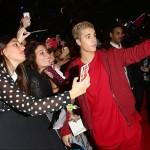 Ritratto a scattarsi un selfie con migliaia di ragazzine letteralmente impazzite, non poteva che essere lui, Justin Bieber, il vincitore del premio Biggest Fans dell'anno.