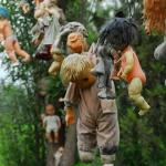 La Isla de las Munecas era la casa di un eremita, Julian Santana Barrera, che viveva isolato sul canale Xochimilco. Secondo la leggenda, l'uomo trovò una fanciulla annegata nel canale e appese bambole in tutta l'isola per placare il suo spirito. L'isola col tempo è divenuta una popolare attrazione turistica, con molti visitatori che arrivano con bambole da aggiungere alla collezione. Nel 2001 anche il corpo di Julian fu trovato annegato, presumibilmente nello stesso punto in cui era stata rinvenuta la fanciulla.