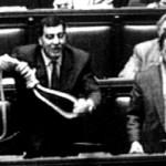 Già, perchè le tendenze forcaiole non vanno di moda solo oggi. Proprio nella fase di passaggio dalla prima alla seconda repubblica la Lega Nord incarnava alla perfezione l'intransigenza nei confronti degli indagati di Tangentopoli. Talvolta però si è andato oltre, come il 16 Maggio 1993 quando il parlamentare Luca Orsenigo sventolò a Montecitorio un cappio, come invito macabro a rinnovare una classe politica corrotta e fallimentare.