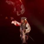 """Sarà il quinto episodio di """"Pirates of the Caribbean"""". In questo sequel, Jack Sparrow deve affrontare una terrificante nave fantasma guidata dal suo vecchio nemico capitano Salazar (Javier Bardem). Dopo l'assenza nel più recente film """"Pirates"""", Orlando Bloom ritorna per il quinto episodio."""