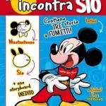 """Per l'autore di Scottecs, l'approdo alle pagine di Topolino sembra proprio la consacrazione a """"fumettista italiano dell'anno"""". I suoi fans giubilano, i disneyòfili lo attendono incuriositi, e i suoi detrattori si stropicciano gli occhi: erano anni che non si vedeva un """"nuovo ingresso"""" tra le fila degli autori disneyani tanto discusso e atteso. Proprio per questo Panini Comics tenta un'operazione inedita: un albetto speciale che raccoglie alcuni storyboard realizzati da Sio per le sue prime storie disneyane. Una prima volta che suona come un piccolo, originale evento editoriale."""