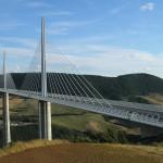 Si tratta del ponte più alto del mondo. I pilastri raggiungono i 342 metri e spesso vengono ricoperti dalle nuvole.