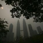 Una veduta del centro di Kuala Lumpur, coperto dal fumo il 3 marzo 2014.