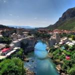 I viaggiatori possono trascorrere la giornata vagando per gli antichi conventi francescani, partecipando ad un festival d'avanguardia, praticando sci o kayak su alcuni dei fiumi più difficili d'Europa.