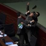 Il democratico Leung Kwok-hung lancia un oggetto al segretario finanziario di Hong Kong John Tsang.