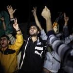 Gli attacchi a Parigi hanno dato il via a una serie di festeggiamenti nelle strade di Gaza? Su internet circola una foto che mostrerebbe dei palestinesi che inneggiano agli attentatori. In realtà è uno scatto dell'agenzia Reuters risalente al 2012, quando fu siglato un cessate il fuoco tra Israele e Hamas.