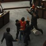 Ad Hong Kong il parlamentare Leung Kwok-hung cerca di lanciare un martello di plastica ad Hong Kong.