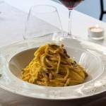 Nel cuore di Trastevere, il Ripa Place offre un menù, caratterizzato dagli inconfondibili sapori dell'arte culinaria romana, spaziando da proposte a km zero, come le bruschette e i saltimbocca alla romana, fino a ricette internazionali.