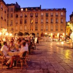 Dopo una giornata di passeggiate, visite a musei e shopping nei negozi per loro la vera vacanza inizia all'ora di cena, quando finalmente possono sedersi per lasciare libero sfogo al senso del gusto. E non ci sono storie, altro che Gioconda e Cappella Sistina, per loro il vero capolavoro è il piatto tanto atteso accompagnato da un buon bicchiere di vino. Magari due... Chi appartiene alla categoria dei golosi ama Bordeaux, oggi considerata da molti una delle città culinariamente più interessanti al mondo. Per non parlare degli oltre 700 milioni di bottiglie di vino prodotte nella regione ogni anno.