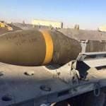 Dopo l'annuncio dei nuovi bombardamenti francesi su Raqqa in risposta agli attentati di Parigi, su internet ha cominciato a girare una foto nella quale si vedono dei missili con sopra scritto «From Paris With Love». Secondo i tweet e i post su Facebook, si tratterebbe di alcune delle bombe lanciate dall'aviazione francese in Siria.  Sulla foto si intravede un simbolo con scritto «USAWTF», riconducibile ad alcune pagine Facebook che ironizzano sull'esercito americano. Tra queste, U.S. Army W.T.F! moments ha pubblicato la foto alle 18.46 di domenica 14 novembre, pubblicando un commento che recita: «Hey Isis! USAWTF ti sta mandando un pacchetto dalla gente di Parigi». I missili nella foto non avrebbero nulla a che fare con i bombardamenti francesi, quindi. Se non dovesse bastare la poca attendibilità dell'autore della foto e il commento, c'è un elemento in più che smentisce la connessione tra la foto e i bombardamenti francesi. Su internet i missili vengono indicati come dei Joint Direction Attack Munition, un particolare modello di bombe che non risulta in dotazione all'aviazione francese.