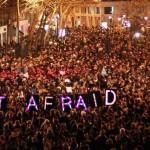 Dal 7 al 9 gennaio 2015 la Francia è rimasta con il fiato sospeso per tre giorni: i fratelli Kouachi, armati, hanno attaccato con armi da guerra la redazione della rivista satirica francese Charlie Hebdo a Parigi, uccidendo 12 persone. Il giorno dopo, un poliziotto è stato ucciso nei pressi di Parigi da Coulibaly, un uomo legato agli attentatori di Charlie Hebdo. Meno di 24 ore dopo l'uomo farà irruzione in un negozio kosher dove ucciderà quattro ostaggi. In un blitz congiunto tutti e tre gli uomini sono stati uccisi dalla polizia francese. Almeno altre 12 persone sono state arrestate in un raid anti-terrorismo nella zona di Parigi in seguito agli attacchi a Charlie Hebdo.