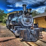 Un viaggio a bordo del Polar Express della durata di 75 minuti. Oltre un'ora di pura magia. Il Colorado Railroad Museum ha ricreato la famosa storia del treno di Natale, con l'intrigo, i luoghi e i suoni del viaggio letterario di vacanza al Polo Nord. I bambini avranno la possibilità di incontrare il direttore d'orchestra e, cosa ancora più emozionante, di augurare a Santa una felice vacanza. Se si ascolta attentamente, si può anche sentire il tintinnio di una campana speciale.