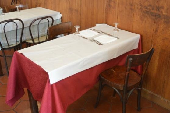 Le sedie e il tavolo originali su cui mangiarono Pelosi e Pasolini