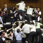 In Taiwan, i membri del partito di opposizione si sollevano contro il partito al governo nel corso delle elezioni.