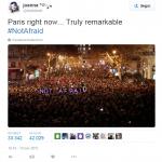 """""""Not afraid"""", cioè non spaventati. È la scritta che mostrano dei manifestanti a una manifestazione nelle strade di Parigi. Un chiaro messaggio ai terroristi, che però risale al 7 gennaio 2015, dopo  l'assalto alla redazione di Charlie Hebdo. Nulla a che vedere con l'ultima azione terroristica."""