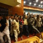I membri dell'assemblea costituente urlano slogan nel parlamento del Nepal.