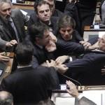 Un dibattito sull'austerità si trasforma in una rissa a tutto campo nel Parlamento italiano.