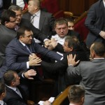 La violenza è preoccupantemente comune all'interno del parlamento ucraino. Durante questa lotta, i legislatori hanno lanciato uova e fumogeni per protestare contro un accordo con la marina russa.