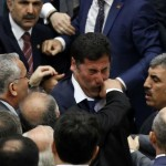 Un deputato del partito di governo della Turchia prende a pugni un politico dell'opposizione.