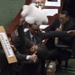 Ad Hong Kong un deputato scaglia un cuscino al segretario finanziario per chiedere prestazioni pensionistiche universali.