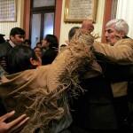In Bolivia, un deputato indigeno non identificato attacca un membro dell'opposizione nel corso di una sessione del Congresso.