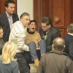 In Macedonia scoppia una violente rissa in Parlamento a causa del bilancio del 2013. Si è dovuto richiedere l'intervento della polizia in tenuta antisommossa per interrompere la lotta.