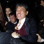 Questo legislatore della Corea del Sud reagisce all'accordo americano di libero scambio del 2011 gettando un gas lacrimogeni contro il presidente dell'Assemblea Nazionale.