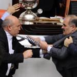 In Turchia questi politici sembrano aver scambiato le loro cravatte per delle armi.