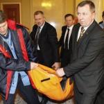 Un membro del parlamento ucraino viene portato via barella dopo una lotta particolarmente violenta.