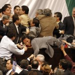 In Messico divampa una rissa nel bel mezzo di un congresso dopo che una delle parti ha tentato di conquistare il podio.