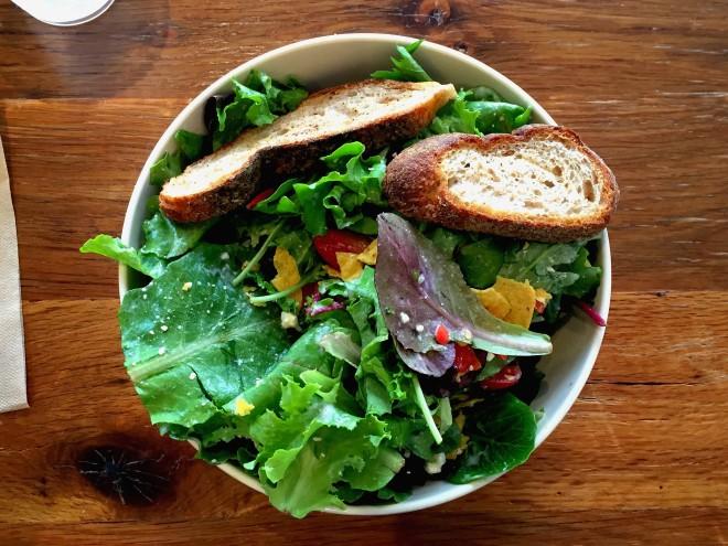 Un paio di foglie verdi e qualche tocco di rosso. Sì è vero, il Natale è ormai vicino ma non ci stiamo riferendo all'agrifoglio! Stiamo osservando cosa mangia la vegetariana per stile durante la pausa pranzo: qualche foglia di insalata arricchita con un paio di pomodorini dolci e succosi. In alternativa una centrifuga di frutta e verdura, per lei che ama la cucina sana e ricca di vitamine.