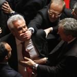 Questo senatore italiano viene allontanato con la forza da un voto di fiducia.