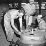 Soldati vicino ad una bomba atomica
