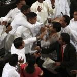 La violenza dei membri dell'opposizione dello Sri Lanka quando il Presidente ha presentato il suo bilancio nel 2012 .