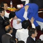 In Corea del Sud un legislatore cerca di sfuggire a una rissa scoppiata riguardo ad un disegno di legge ambientale.