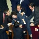 I legislatori della Corea del Sud hanno letteralmente tolto il relatore del parlamento dal suo posto.