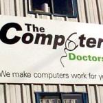 """""""The Computer Doctors"""", una piccola impresa che avrebbe potuto evitare l'infamia di internet con un miglior design grafico... Il profilo del mouse che sostituisce la lettera """"u"""" risulta equivocamente riconoscibile."""