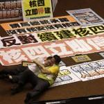Legislatori taiwanesi vengono alle mani durante una discussione circa la costruzione di una nuova centrale elettrica.