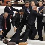 Un parlamentare turco cade durante una colluttazione durante un dibattito su una legge per aumentare i poteri della polizia presso il Parlamento turco.