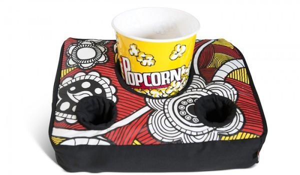 Un cuscino porta bibite da utilizzare in salotto o al cinema.