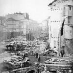 Demolizione delle case del centro storico per far spazio alla Galleria Vittorio Emanuele II, la cui prima pietra fu posata il 7 marzo 1865. In fondo si intravede il Teatro alla Scala.