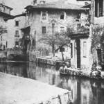 Una delle foto più antiche di Milano: l'odierna via Laghetto intorno al 1850.  Da qui transitarono per oltre quattro secoli i materiali per il cantiere della Fabbrica del Duomo.  Il laghetto fu interrato nel 1857, pare per motivi igienici in quanto vicinissimo all'Ospedale Maggiore.