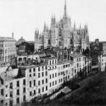 Piazza del Duomo con la Galleria Vittorio Emanuele II in costruzione e la contrada del Rebecchino già in parte demolita, 1875.