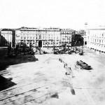 Piazza del Duomo poco dopo la demolizione della contrada del Rebecchino, avvenuta nel 1875. Da notare via Orefici ancora strettissima e via dei Mercanti, dove è ancora presente un caratteristico passaggio coperto.