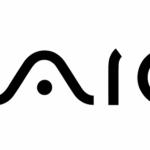 Lo storico logo di computer targato Sony punta sulla commistione tra analogico e digitale. La dimostrazione  è l'onda analogica raffigurata dalla VA e il codice binario di IO.