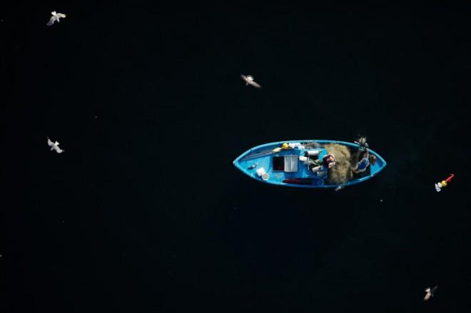 Barca da pesca al largo del golfo di Palermo